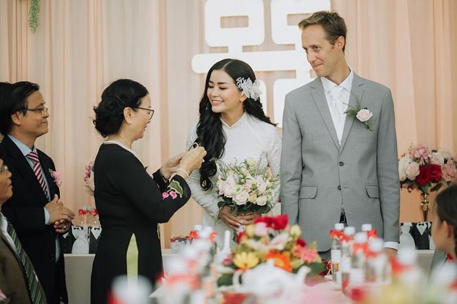 """Nữ phi công cưới chồng Tây:""""Tôi có cuộc hôn nhân không bình thường"""""""