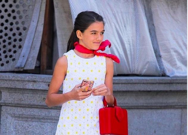 Con gái Tom Cruise, 13 tuổi, xuống phố một mình