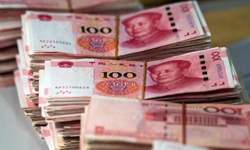 Một ông Trung Quốc tung 14,000 USD ra đường